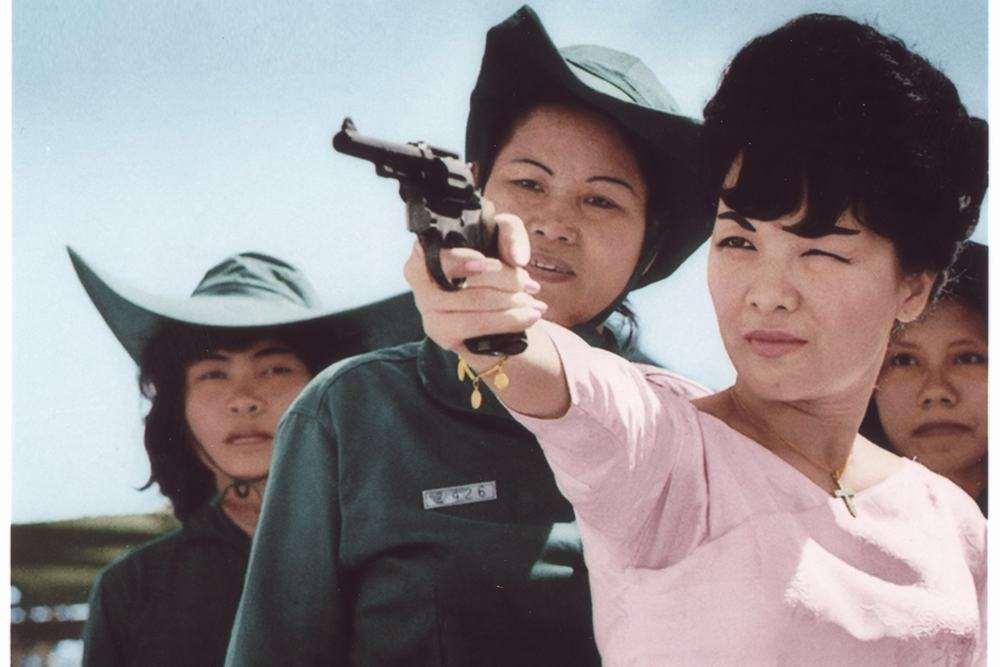 Trần Lệ Xuân bắn súng